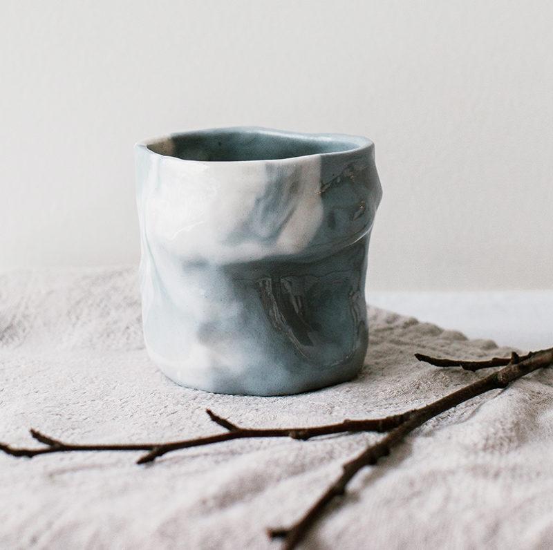 tasse en porcelaine marbrée grise