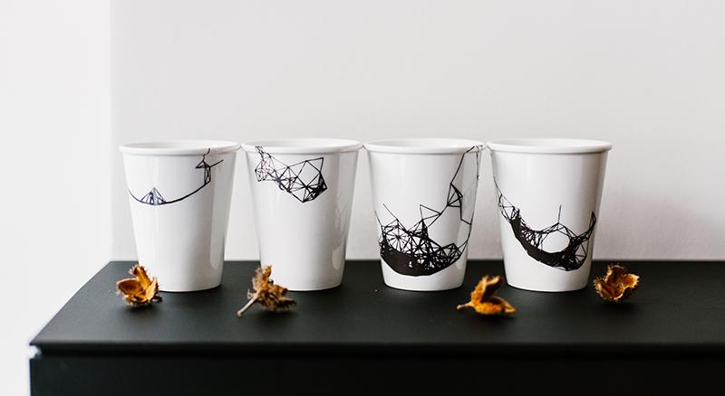 Gobelet en porcelaine formes géométriques imprimées
