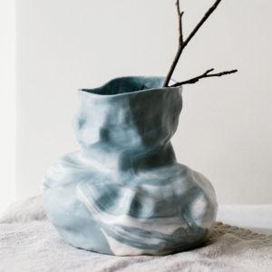 Vase en porcelaine marbrée grise