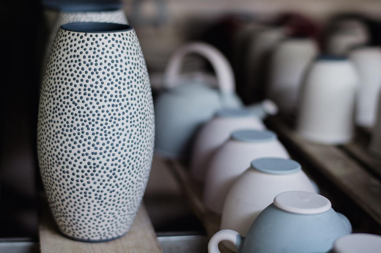 décor à l'engobe sur vase en céramique à bruxelles