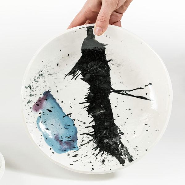 Assiette colorée en porcelaine