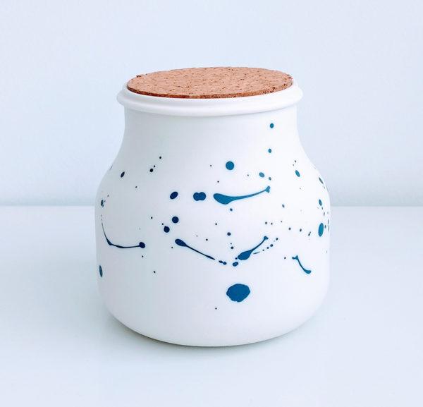 Bocal en porcelaine avec tâches bleues cobalt