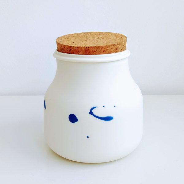 Bocal en porcelaine avec tâches indigo