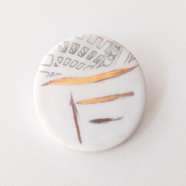 broche en porcelaine