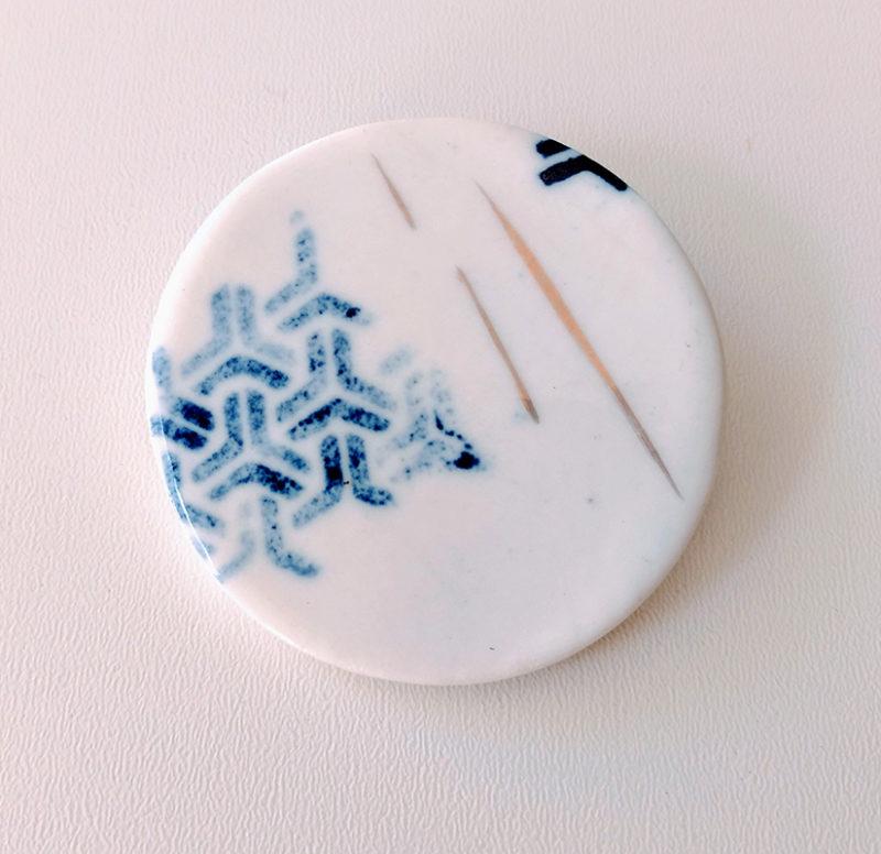 broche imprimée en porcelaine