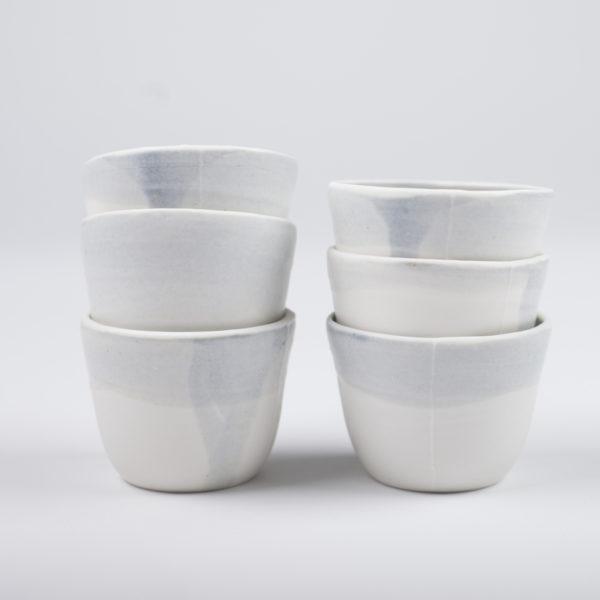 tasses bleues en porcelaine